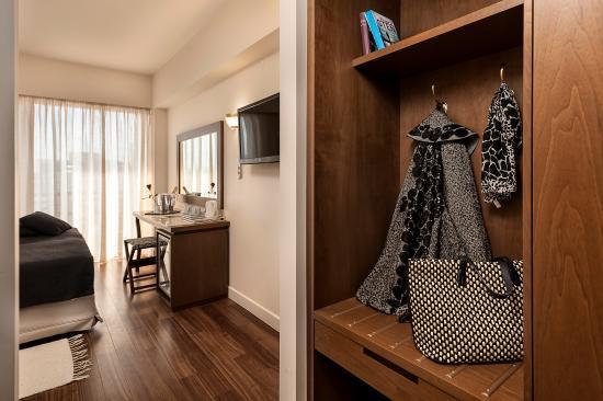 akali-hotel-room-closet