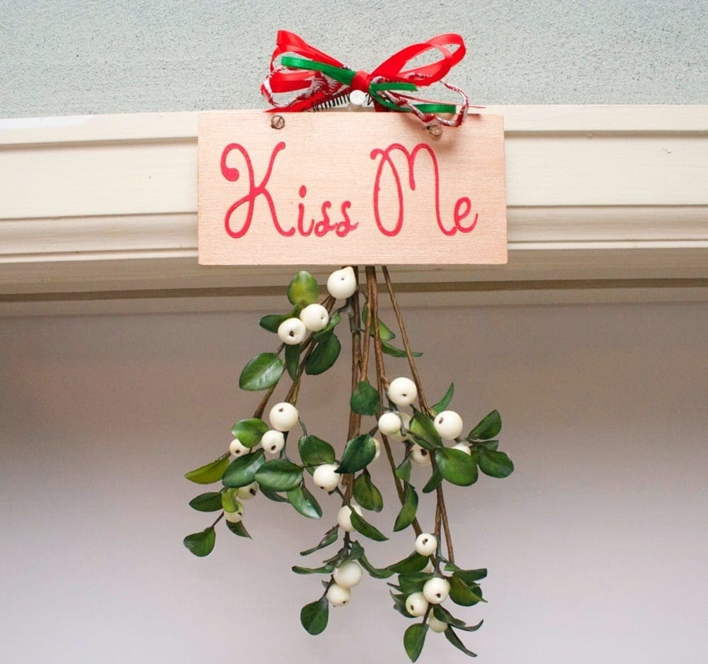 The real reason why we kiss under the mistletoe | Worldation